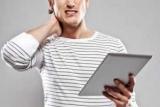 Болі в шиї при використанні планшета визнали серйозною недугою